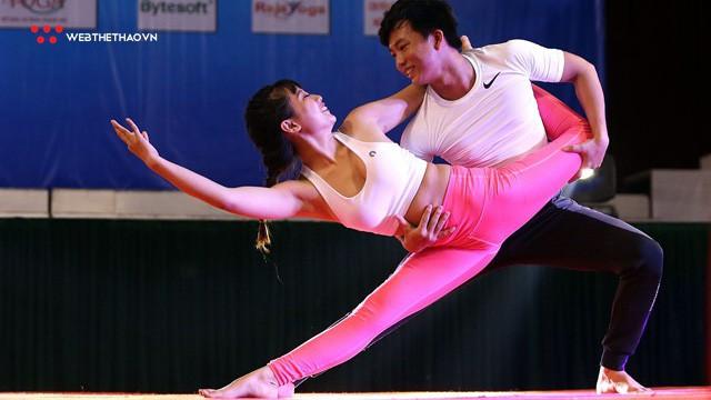 """Ấn tượng những đôi """"uyên ương"""" tỏa sáng tại Giải vô địch yoga quốc gia lần thứ nhất năm 2018"""