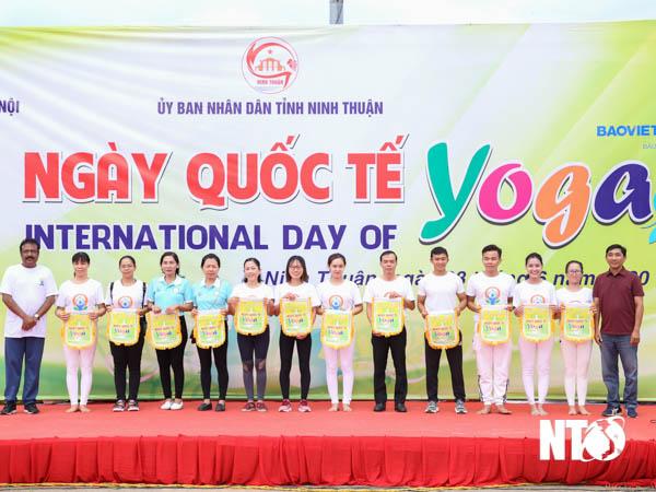 Gần 1.000 người tham gia đồng diễn Ngày Quốc tế Yoga tại Ninh Thuận